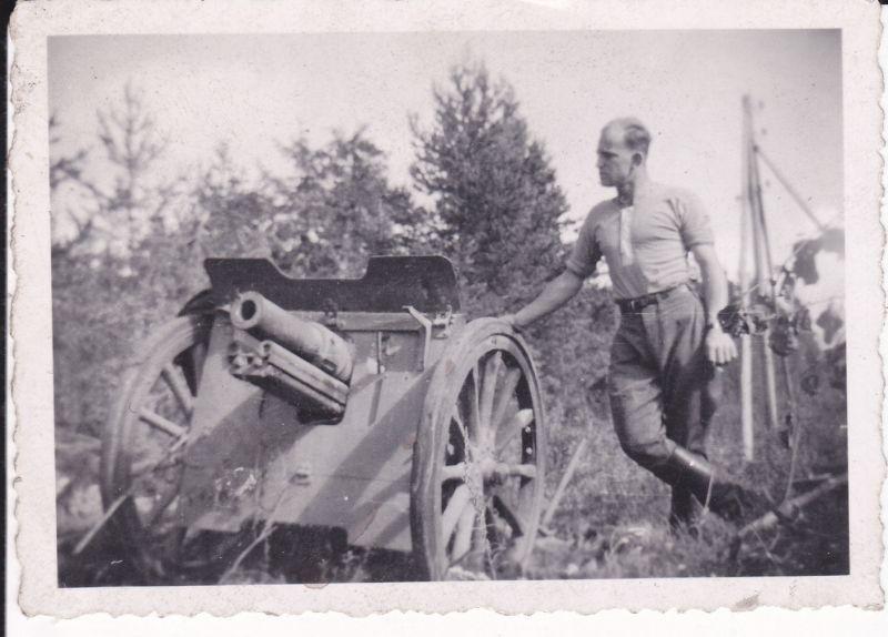 Orig. Foto Soldat mit Geschütz Kanone WKII