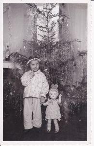Orig. Foto Postkarte Mädchen mit Puppe vor Christbaum ca. 1950