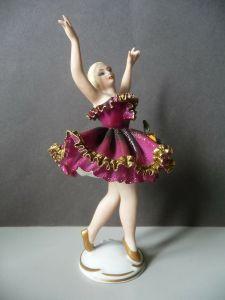 Porzellanfigur Ballerina Tänzerin im violetten Rock / Dresden Porzellan