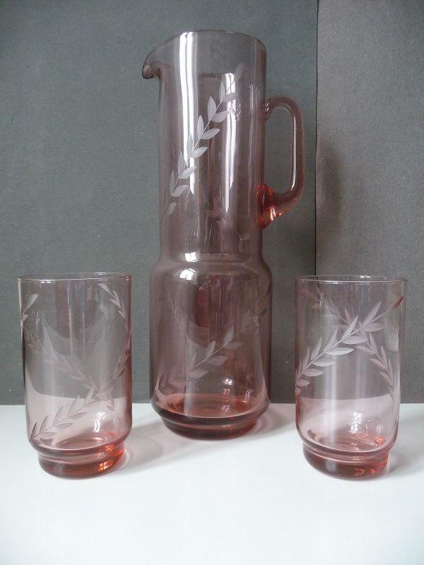 Glaskaraffe Krug mit zwei Gläsern rosé Schliffdekor