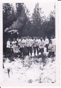 Orig. Foto Soldaten weiß gekleidet Feldküche Kessel Winter Essensausgabe WK II