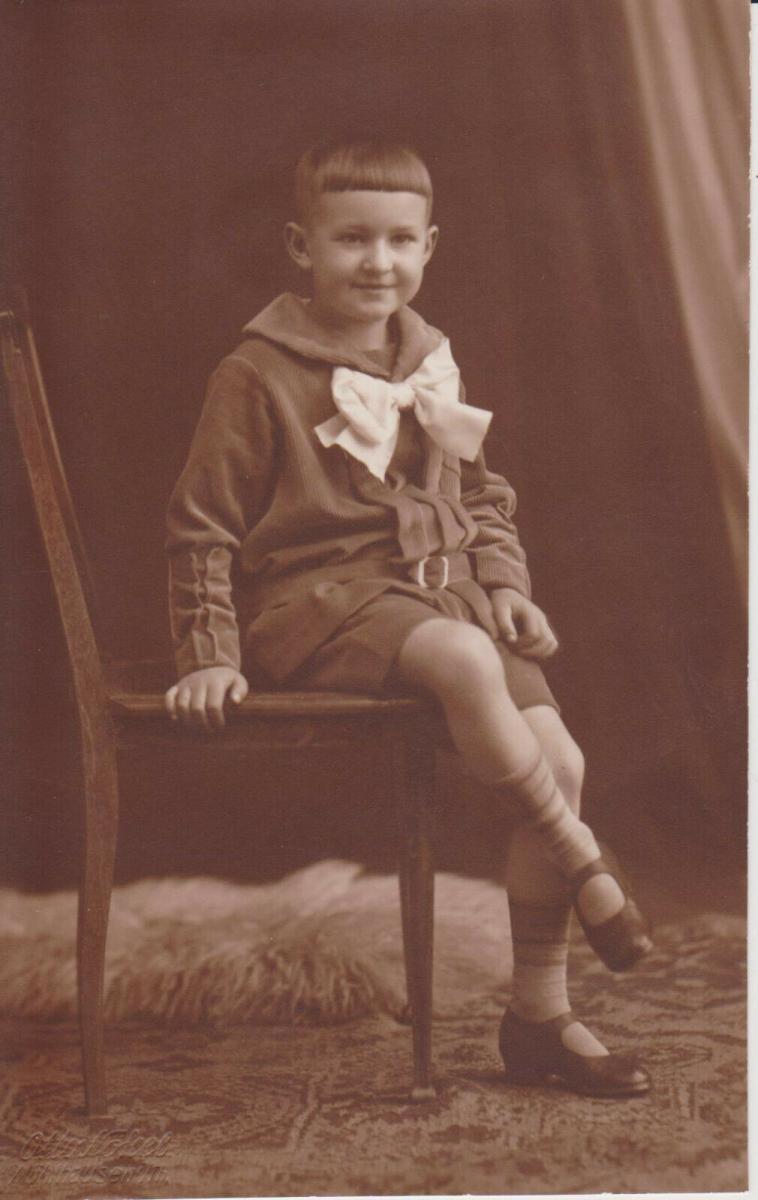Orig Foto Porträt Kind Junge auf Stuhl Kindermode Kaiserzeit ca. 1915