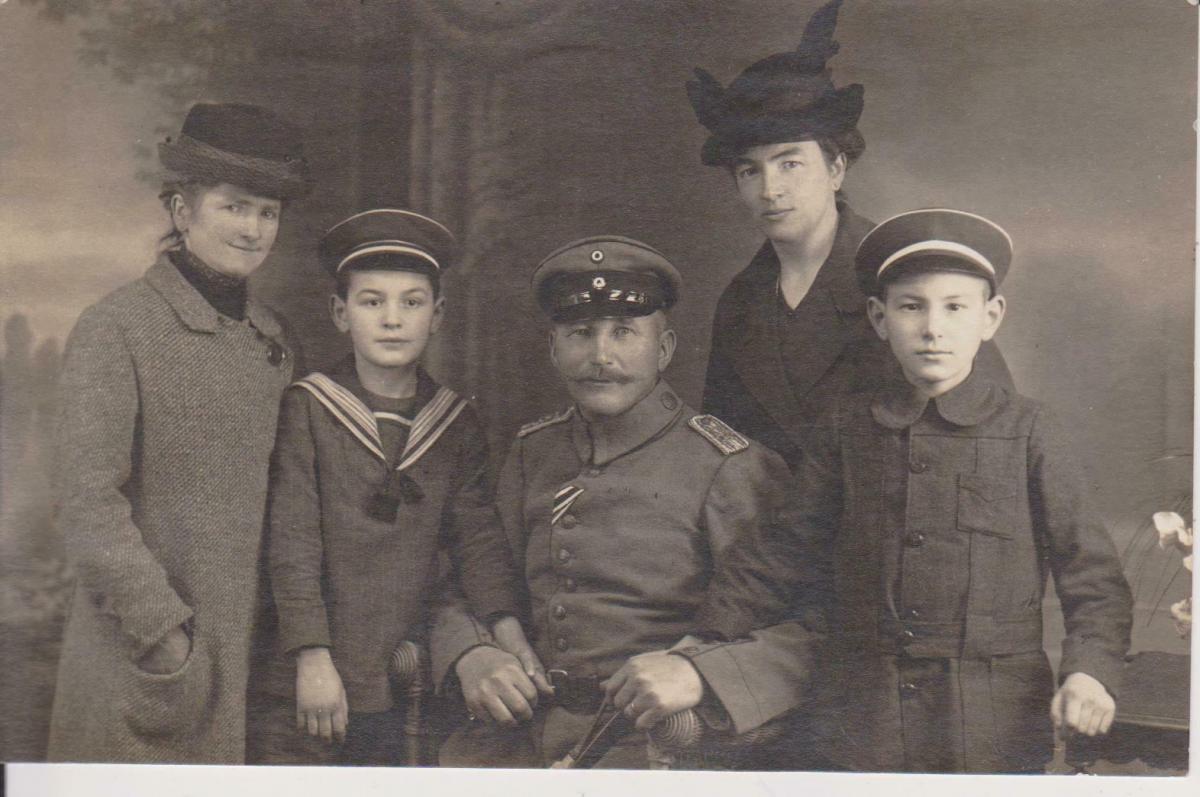 Orig. Foto Familie Gruppenbild Vater Kinder Uniform Matrosenanzug ca. 1915