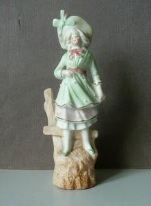 Porzellanfigur Mädchen Dame pastell mit grünem Hut
