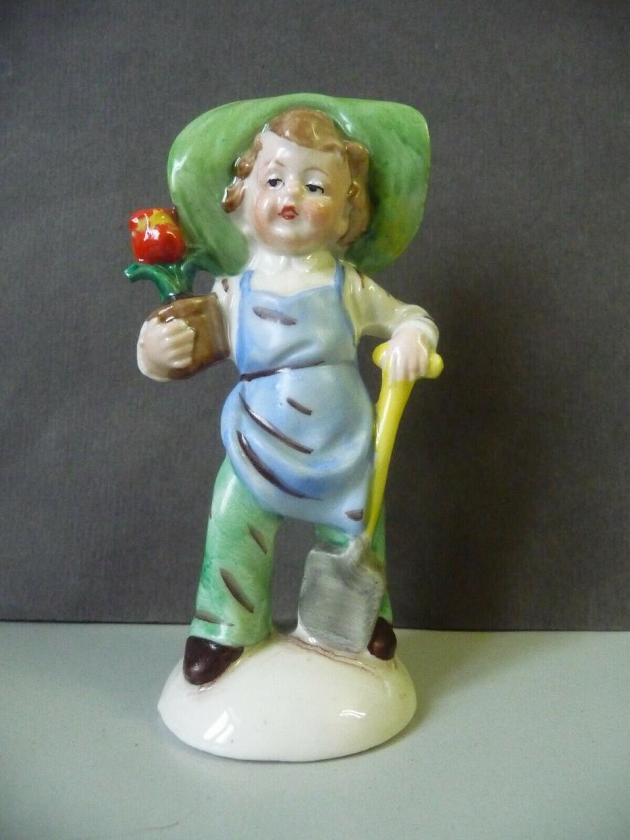 Porzellanfigur Junge Kind Gärtner mit grünem Hut