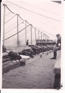 Orig. Foto Soldat in Zelt Zeltlager Ausrüstung Bekleidung WKII