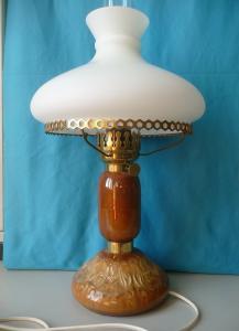 Petroleumlampe mit Keramikfuß elektrifiziert