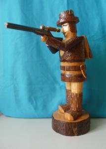 Dekofigur Holzfigur Jäger mit Gewehr