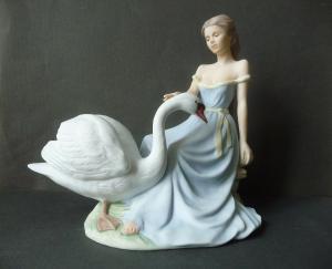 Porzellanfigur Serenity Mädchen mit Schwan / John Bromley / Goebel Porzellan