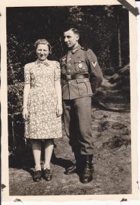 Orig. Foto Soldat mit Frau Uniform Auszeichnungen Gefreitenwinkel