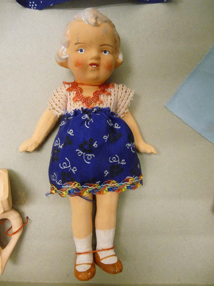 Kleine alte Puppe aus Ton mit Zubehör Kleidung Hund im Originalkarton ca. 1930 2