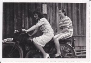 Orig. Foto Zwei Frauen auf Motorrad Oldtimer Plauen ca. 1940
