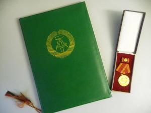 Auszeichnung Medaille und Urkunde Volkspolizei 30 Jahre Treue Dienste
