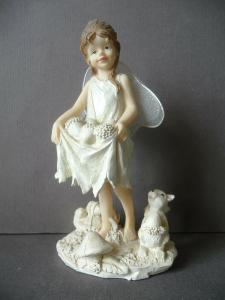 Dekofigur Elfe mit Haselnüssen Flügel Kunstharz 16 cm