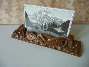 Geschnitzter alter Bildhalter aus Holz