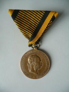 Kriegsmedaille Bronze Kaiser Franz Joseph Österreich 2. Dezember 1873 am Band