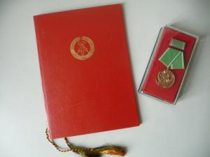 Auszeichnung Medaille und Urkunde Volkspolizei Ausgezeichnete Leistungen 1970