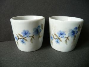 2 kleine Becher aus Porzellan blaue Blüten