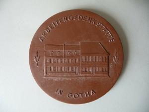 Medaille Gotha Arbeitergedenkstätte 100. Jahrestag / Böttgersteinzeug Meißen