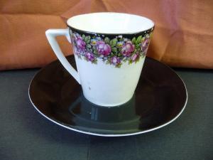 Tasse mit Untertasse Blumendekor schwarz / Kahla Porzellan