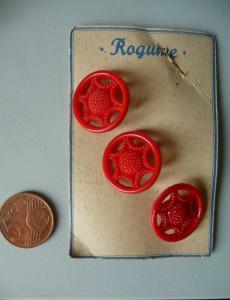 3 alte böhmische Glasknöpfe Rogume Radmuster rot klein ca. 1940