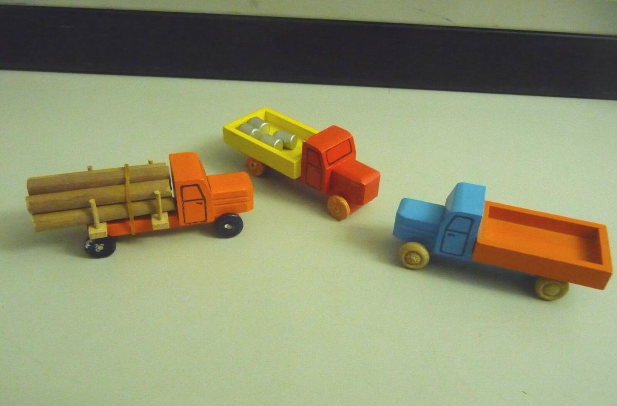 3 kleine Holz-LKWs Laster Spielzeug / Holzspielzeug Erzgebirge 0