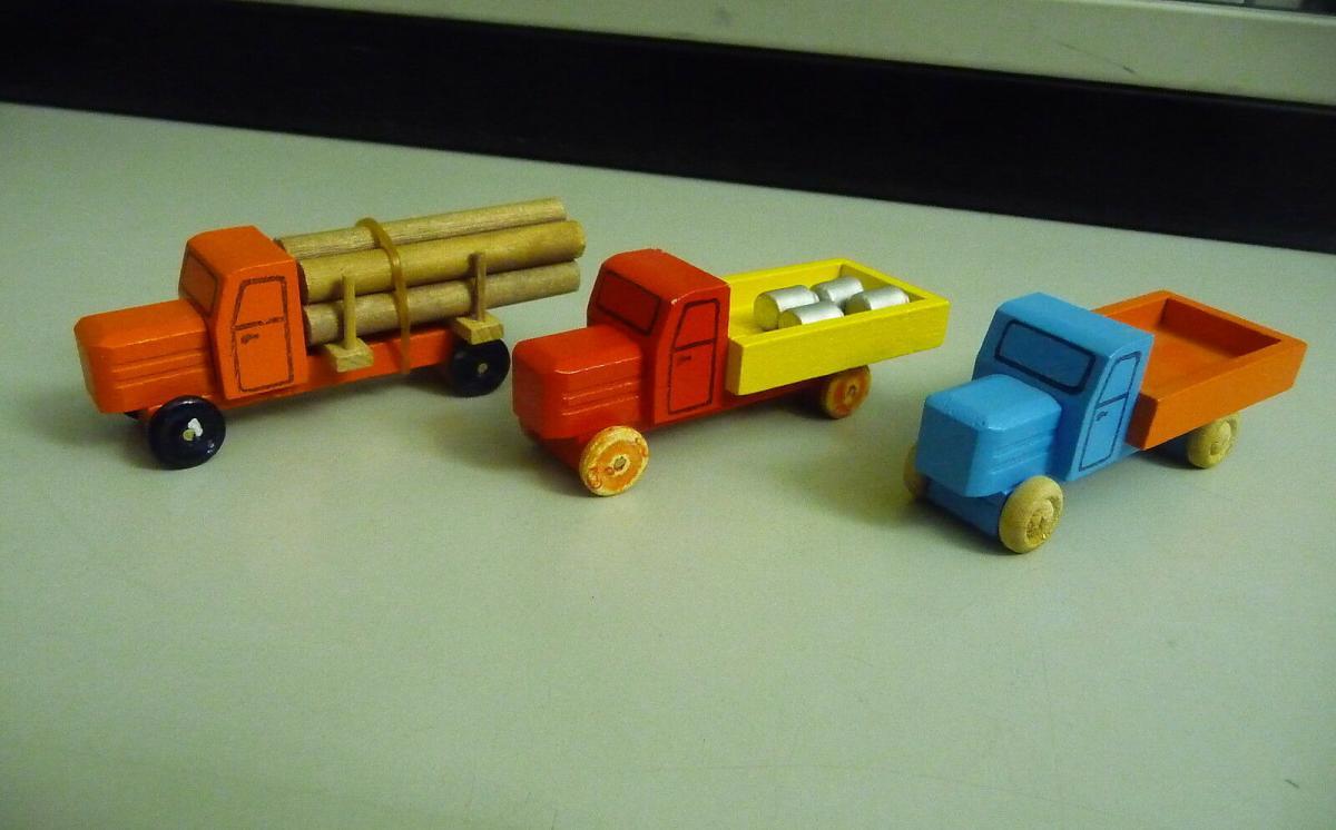 3 kleine Holz-LKWs Laster Spielzeug / Holzspielzeug Erzgebirge 1