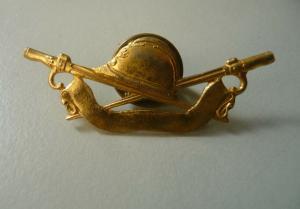Abzeichen Anstecker Soldatenhelm Mütze mit Schwertern und Band