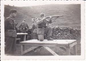 Orig. Foto Soldat beim Schießen Schießübung WKII