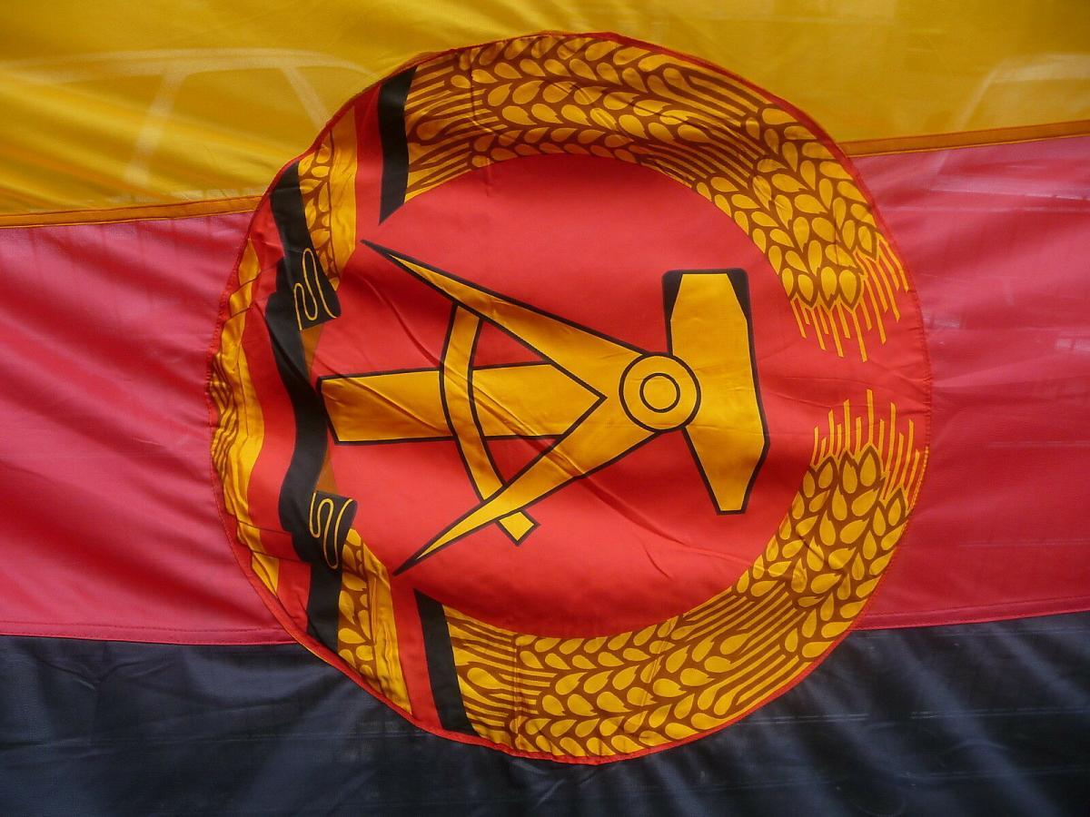 Große DDR Fahne Staatswappen schwarz rot gold mit Fahnenstange 1