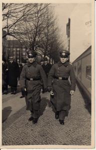 Orig. Foto 2 Soldaten im Mantel Straße Kassel?
