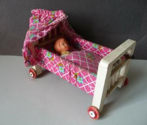 Bettchen Kinderbett auf Rollen für die Puppenstube mit Puppe