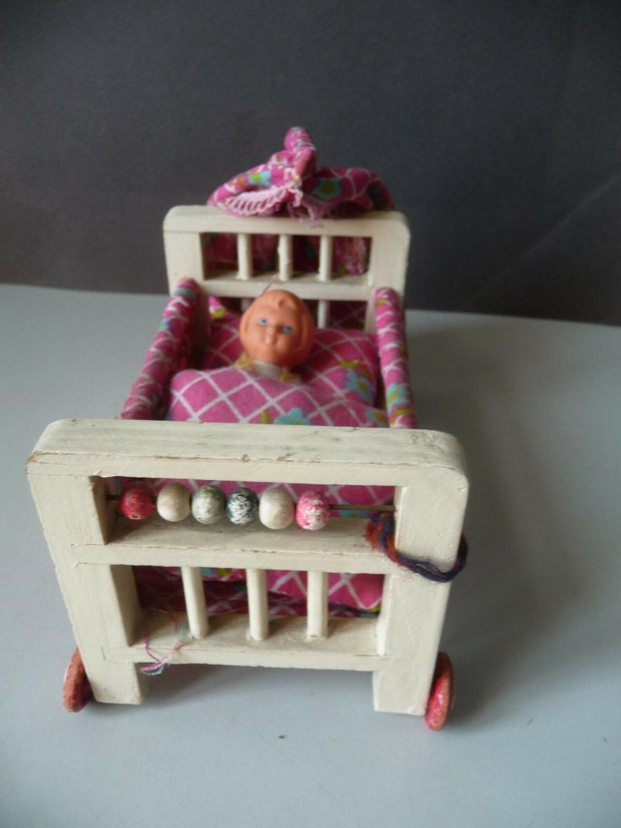 Bettchen Kinderbett auf Rollen für die Puppenstube mit Puppe 1
