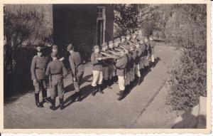 Orig. Foto Soldaten in Reihe Gewehr an Schulter WKII