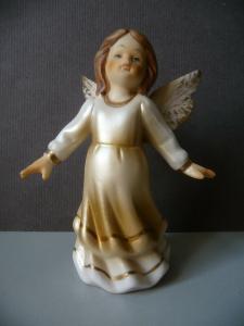Kleine Porzellanfigur Engel schwebend 9 cm