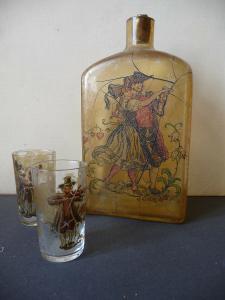 Viereckige Flasche mit Trachtenpärchen 2 Schnapsgläser