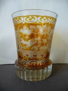 Edles Trinkglas Dekorglas honiggelb Schliffdekor Jagdmotive