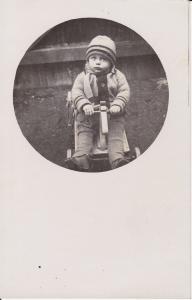 Orig. Foto Poträt Kleinkind auf Spielzeugwagen ca. 1940