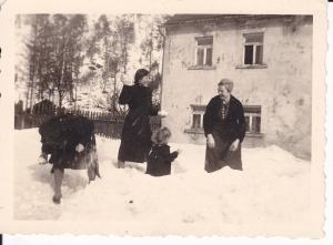 Orig. Foto Schneeballschlacht Vier Personen im Schnee ca. 1940