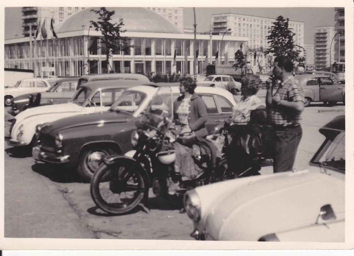 Orig. Foto Berlin Alexanderplatz Kongresshalle Autos Motorrad Oldtimer ca. 1960 0