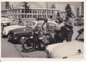Orig. Foto Berlin Alexanderplatz Kongresshalle Autos Motorrad Oldtimer ca. 1960