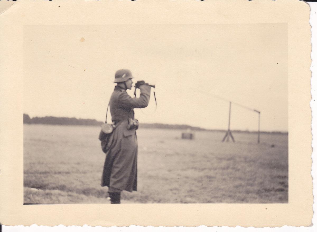 Orig. Foto Soldat Trompete blasend Stahlhelm WK II Russland? 0
