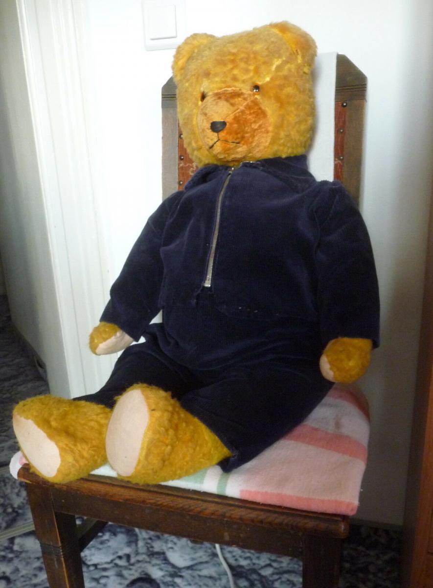 Großer alter Teddybär mit blauer Cordjacke und Hose 1