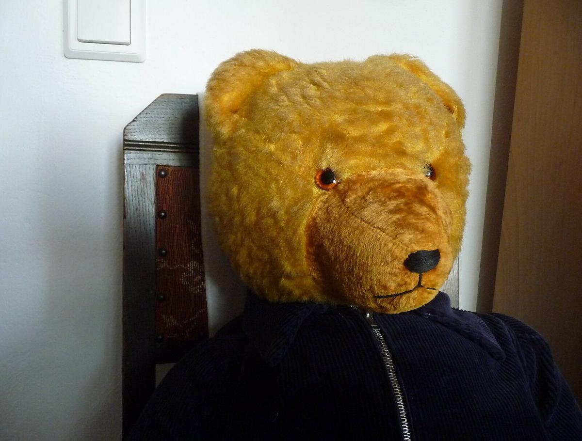 Großer alter Teddybär mit blauer Cordjacke und Hose 2