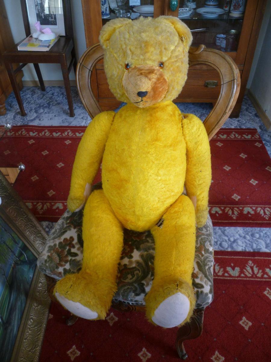 Großer alter Teddybär mit blauer Cordjacke und Hose 3
