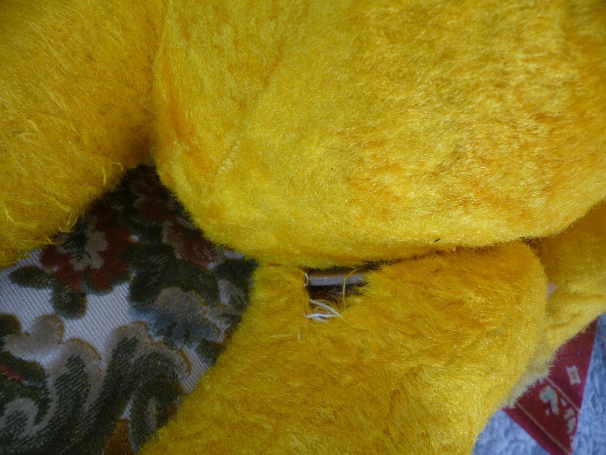 Großer alter Teddybär mit blauer Cordjacke und Hose 6