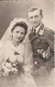 Orig. Foto Soldat mit Braut Hochzeitsfoto Uniform Mütze 1944
