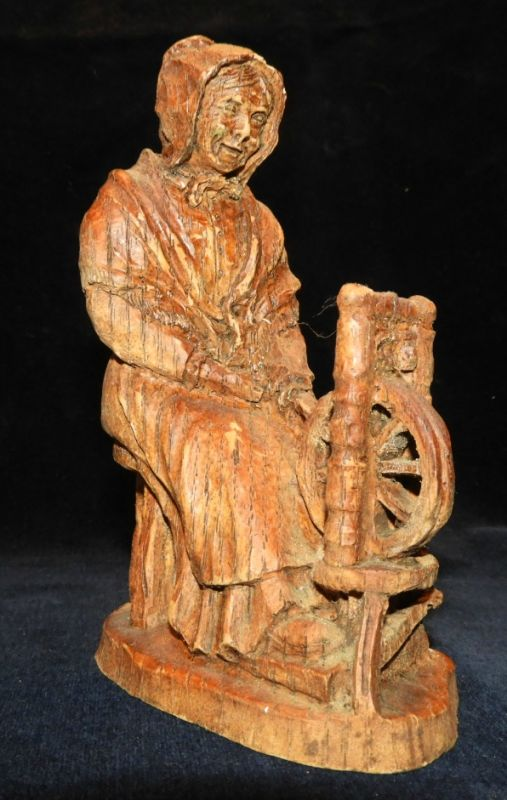 SIC Holzfigur / Mütterchen am Spinnrad / signiert