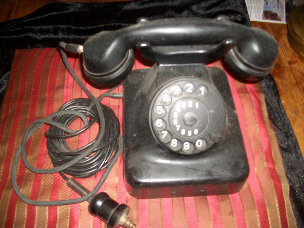 Telefon, Tischfernsprecher W 48, 50-er Jahre, schwarz , Bakelit, gut erhalten, mit Originalstecker, siehe Foto (leichte Gebrauchsspuren).