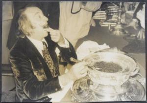 VINTAGE-PHOTO - SALVADOR DALI BEIM KAVIAR-ESSEN IN MAILAND.- ORIGINAL-PHOTO 1970